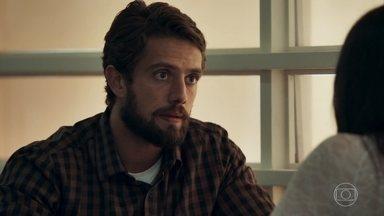 Renato incentiva Aura a denunciar Gael - O médico tem conversa séria com a namorada do cunhado. Gael tenta se desculpar com Aura, que não resiste às investidas do rapaz