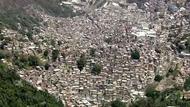 Clima é de tensão na Rocinha, um dia depois da prisão do traficante Rogério 157 - Madrugada teve confronto entre policiais e traficantes. Três homens morreram baleados.