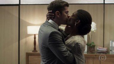 Bruno e Raquel se beijam - O delegado convida a juíza para um jantar e acaba não resistindo à paixão