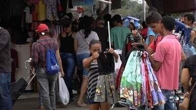 Consumidores lotam lojas e ruas da região da Rua 44, no Centro de Goiânia - Objetivo é fazer compras do fim de ano.