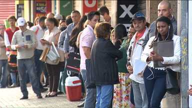 Pessoas que precisam de remédios passam horas na fila da farmácia do Governo Estadual - O medicamento para diabetes Insulina Lantus está em falta na farmácia.