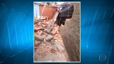Carreta desgovernada invade casas em Vespasiano - Imagens do acidente foram enviadas para o MGTV.