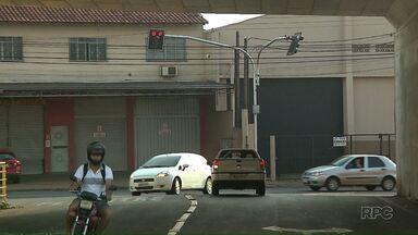 Novos semáforos começam a funcionar na zona sul de Londrina - Os semáforos ficam debaixo do viaduto da PR-445 no cruzamento próximo ao Conjunto Saltinho.