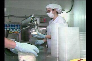 Vendas de sorvete em alta possibilitam aumento de produção em Santa Rosa, RS - Uma fábrica investiu na produção e contratou novos funcionários.