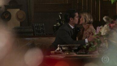 Celina desculpa-se com Artur por comportamento de mãe e ele a beija - Alzira repreende Celina por ter convidado Artur para jantar