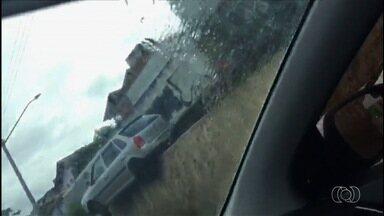 Carro fica suspenso em rampa da Marginal Botafogo em Goiânia - Motorista perdeu controle do veículo ao descer para via. Ninguém se feriu.