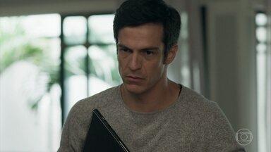 Eric sai com o notebook de Maria Pia - O empresário quer investigar o conteúdo do computador da loira