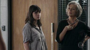 Bebeth pede que Sabine demita Maria Pia - Sabine fica chocada ao ouvir os gritos das duas na empresa e interfere