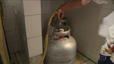 Vinculado ao preço internacional, gás de cozinha fica 68% mais caro - Petrobras vai rever a regra de reajuste.