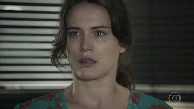 Patrick alerta Clara para o risco de perder tudo outra vez - Ela fica surpresa ao saber que continua interditada