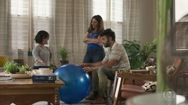 Juvenal presenteia Estela com uma bola de pilates - Ela comenta sobre relação complicada com a família