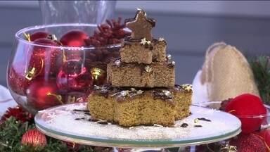 Aprenda a fazer um bolo em formato de árvore de Natal - A chefe de cozinha Mirian Rocha mostra que dá para usar qualquer bolo e mudar o seu visual para ficar com a aparência de uma árvore de Natal. Para isso, basta usar cortadores em formato de estrela e colocar creme de chocolate entre as camadas.