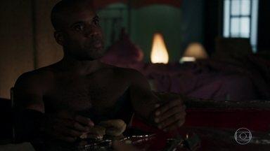Cido pede mais dinheiro a Samuel - O médico reclama, mas promete dar o dinheiro ao amante no hospital