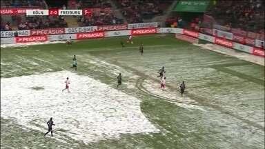 Debaixo de muita neve, bola rola no Campeonato Alemão e no futebol americano - Debaixo de muita neve, bola rola no Campeonato Alemão e no futebol americano