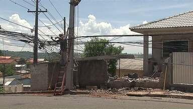 Carro bate em poste e deixa moradores de Ponta Grossa sem energia - O motorista fugir do local.