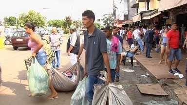Movimento de consumidores é intenso na Rua 44, no Centro de Goiânia - Vendedores ocupam as calçadas e até no asfalto.