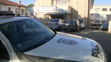 Polícia prende quatro pessoas durante operação - Elas são suspeitas de roubar material de concurso e vender pela internet.