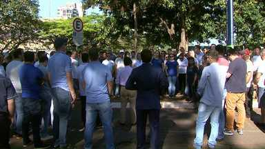 Donos de transportadoras fazem manifestação em Foz - Eles reclamam da demora pela liberação de cargas.