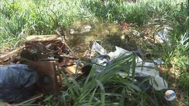 Moradores reclamam da quantidade de entulho em terrenos em São Carlos, SP - Além disso, propriedades estão com mato alto no Jardim Beatriz.