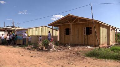Famílias ganham casas novas graças a ajuda de voluntários - Elas foram construídas em 3 dias, na região de Curitiba, por voluntários de um projeto.