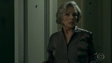 Sabine inventa uma desculpa e vai embora da casa de Malagueta - Maria Pia fica aliviada, mas não percebe que a empresária encontrou seus anéis