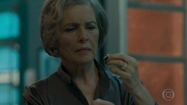Sabine encontra um anel de brilhantes na sala de Malagueta - A empresária parece reconhecer a joia e fica intrigada
