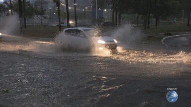 Chuva forte provoca alagamento e crateras em várias ruas da capital baiana - Veja como fica o tempo em Salvador nos próximos dias, após o temporal do fim de semana.