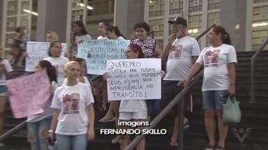 Parentes e amigos de jovem e criança atropeladas e mortas protestam em Santos - Menino Enzo e a tia Isabel foram atropelados em outubro.