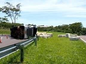 Carreta com carga de algodão tomba no trevo de acesso a Álvares Machado - Motorista sofreu ferimentos leves.
