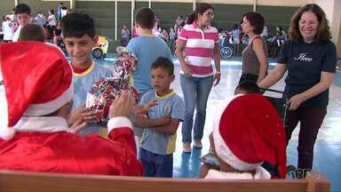 """Crianças do Ilece ganham presentes de Natal - Cerca de 400 crianças ganharam presentes graças a uma parceira entre servidores do Fórum de Londrina e a campanha """"Papai Noel dos Correios""""."""