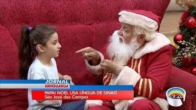 Papai Noel aprende libras para atender em shopping em São José - Agora ele atende pedidos especiais.