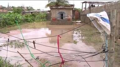Chuva forte deixa ruas alagadas em Marataízes, ES - Chuva forte chegou de madrugada. Pela manhã, nível da água não tinha baixado em muitos barros.