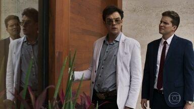 Gael leva Patrick para conhecer sua antiga casa e se lembra de Clara - O advogado acerta os detalhes da compra da casa com Sophia e reage quando ouve Gael falar de Clara