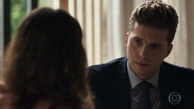 Patrick sugere que Clara tente conquistar Tomaz, antes de brigar por sua guarda - Advogado comenta que Gael se emocionou ao rever uma antiga foto dele com a ex-mulher e Clara evita o assunto. Ela decide procurar Josafá