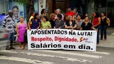Representantes da Educação e Saúde de Cabo Frio, protestam em frente a Câmara Municipal - Confira a seguir.