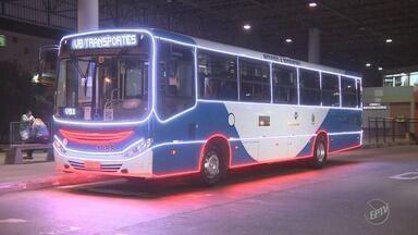Ônibus iluminado circula pelas ruas de Campinas durante período de Natal - O veículo vai circular por 12 diferentes linhas da cidade.