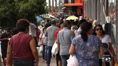 Movimento na região da Rua 44 aumenta com a chegada das festas de fim de ano, em Goiânia - SMT fez alterações no trânsito para facilitar o fluxo de pedestres.