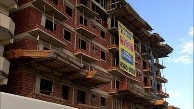 Construtora dá continuidade à obra embargada em Vicente Pires - Construir prédios em Vicente Pires e proibido, mas mesmo assim um prédio continua sendo erguido. Agefiz já havia embargado a obra este ano.