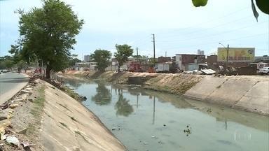 Prefeitura retira mais de 12 caçambas de lixo do Canal do Arruda - Emlurb está retirando lixo em ação de limpeza do canal.