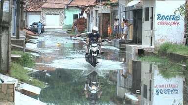 Chuva forte provoca alagamentos em São Luís - Ruas e avenidas ficaram alagadas, as galerias entupidas e o esgoto invadiu casas.