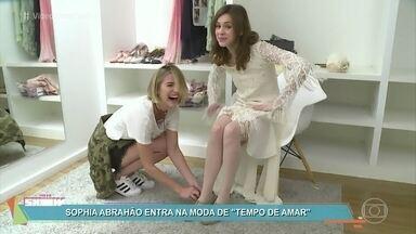Sophia Abrahão experimenta look anos 20 com a ajuda de Barbara França - Apresentadora se diverte com os figurinos de 'Tempo de Amar'