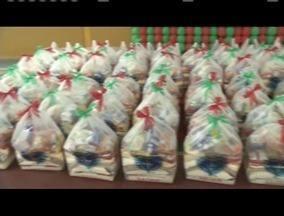 Projeto arrecada doações para famílias carentes no Natal - Famílias de Ipatinga receberam cestas básicas arrecadas pelo projeto Legião da Boa Vontade.