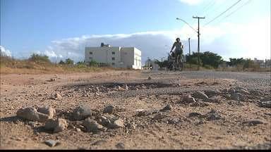 Crateras nas ruas de Cabedelo, em Intermares - A Rua Annita Luiza de Mello Di Lascio está completamente esburacado.