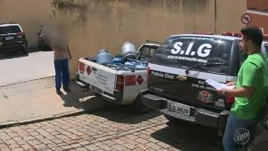 Polícia prende vereador de Amparo suspeito de vender botijão de gás clandestino - Sete pessoas foram encaminhadas para a delegacia da cidade, entre elas o vereador conhecido como Pedrinho do Gás. Seis veículos foram apreendidos nesta ação da Polícia Civil durante a manhã.