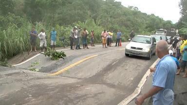 Chuva forte causa problemas no asfalto da BR-101, no sul do estado - Em Salvador, permanece o predomínio de sol. Veja mais informações na previsão do tempo.