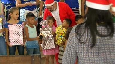 Inicia as entregas dos presentes arrecadados na campanha Papai Noel dos Correios - A primeira entrega foi para os filhos de detentos do Centro de Recuperação Sílvio Hall de Moura.