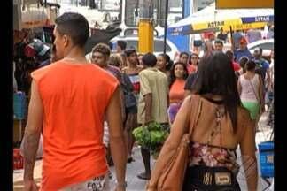 Policia diz que consumidores devem redobrar cuidados nessa época do ano para evitar roubos - Muita gente sai para fazer as compras de Natal.