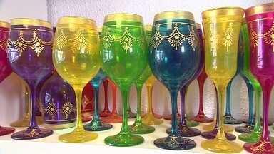 Decoração em vidro é especialidade de empresa em São Paulo - Sócias produzem taças pintadas à mão. Negócio começou com R$ 500 e hoje fatura R$ 500 mil.
