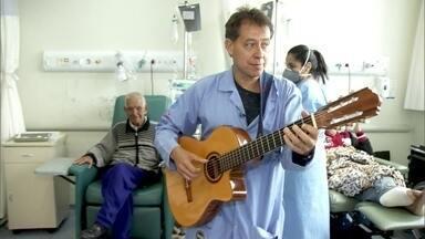 Músicos ajudam pacientes com câncer a se recuperar durante tratamento médico - No Instituto do Câncer, o músico Maurício Anacleto e a arteterapeuta Kelly Jardim interpretam canções duas vezes por semana para os pacientes. O trabalho da dupla ajuda a deixar o tratamento menos desagradável.