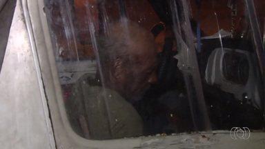 Idoso mora em caminhonete estacionada em rua de Goiânia - Mecânico de 68 anos diz que vai comprar uma casa quando se aposentar; Semas disse que ofereceu ajuda, mas morador não aceitou.